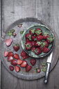 Whole and sliced organic strawberries - CZF00323