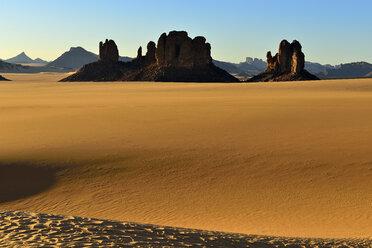 Africa, Algeria, Sahara, Tassili N'Ajjer National Park, Tadrart, Rock towers and sand dunes in Tiou Tatarene - ESF01667