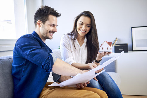 Couple planning new home together - BSZF00390