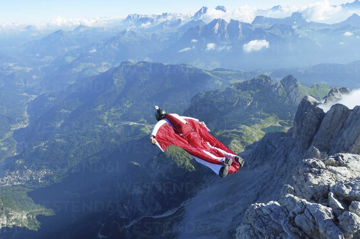 Male wingsuit BASE jumper taking off from cliff edge - CUF07523 - Oliver Furrer/Westend61