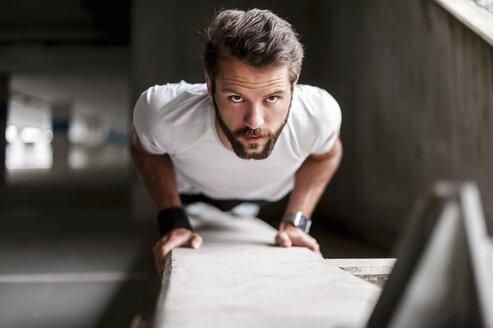 Portrait of man doing push-ups - DIGF04285