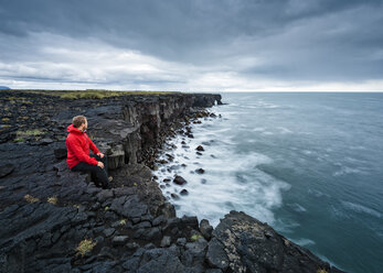 Man enjoying view on clifftop, Reyjanes, Iceland - CUF08313