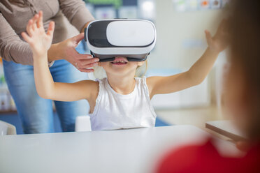 Pre-school teacher and girl in kindergarten with VR glasses - ZEF15457