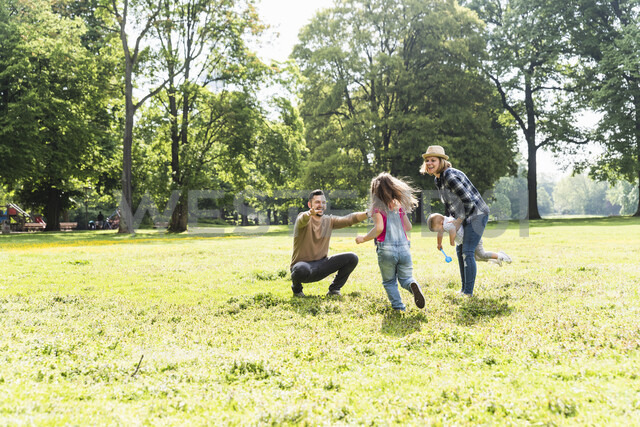 Active happy family in a park - UUF13767 - Uwe Umstätter/Westend61