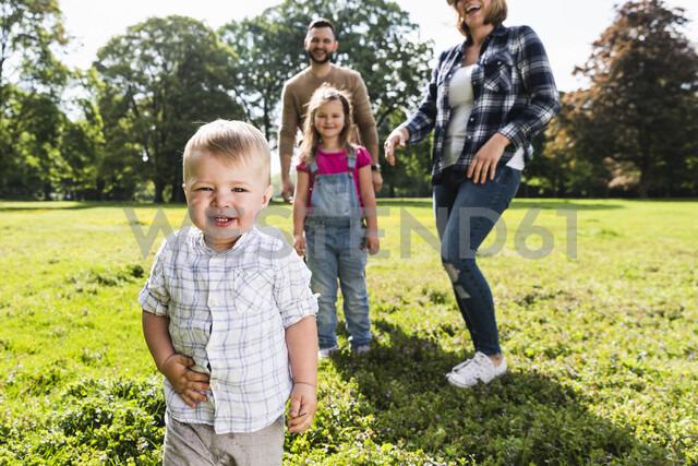 Happy family in a park - UUF13773 - Uwe Umstätter/Westend61