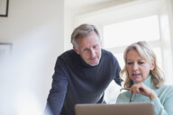Mature couple using laptop - HOXF03598