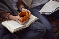 Couple reading together - CUF09910