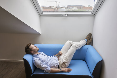 Businessman having a break on couch - BEF00077