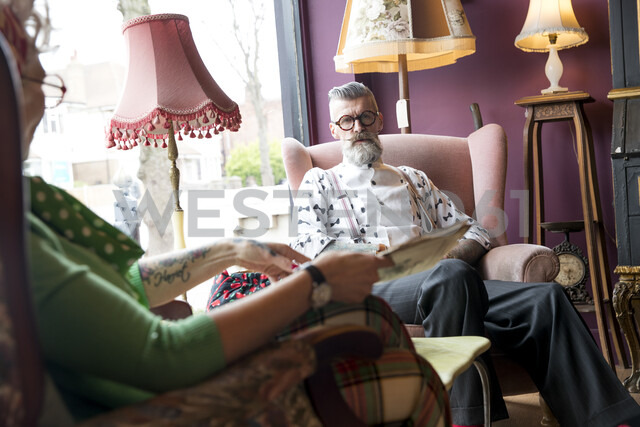 Quirky vintage couple chatting in tea rooms - CUF10782 - JAG IMAGES/Westend61
