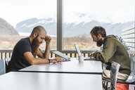 Island, two Hipsters sitting at table in a coffee shop - AFVF00487