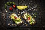 Onion bread with cream cheese, parma ham, avocado, rucola, thyme and tomato - MAEF12597