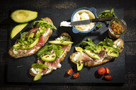 Onion bread with cream cheese, parma ham, avocado, rucola, thyme and tomato - MAEF12600