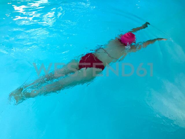 Woman swimming in swimming pool - JTF01001