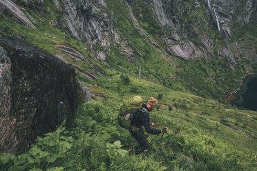 Norway, Lofoten, Moskenesoy, Man hiking downhill - GUSF00837