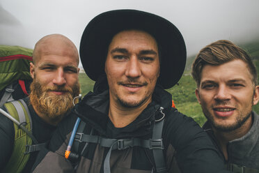 Group of travellers taking a selfie - GUSF00852