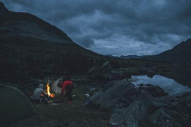 Norway, Lofoten, Moskenesoy, Young men camping at Selfjord - GUSF00870