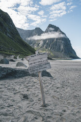 Norway, Lofoten, Moskenesoy, Sign at Kvalvika Beach - GUSF00900