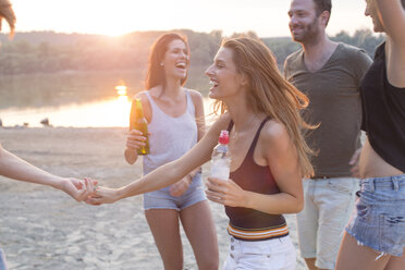 Group of friends drinking, enjoying beach party - ISF02285