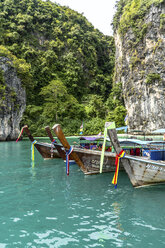 Thailand, Koh Yao Noi, typical wooden boats moored in front of ko Hong Island - CHPF00472