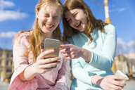 Russia, Moscow, teenage girls with smartphones in the city - WPEF00341
