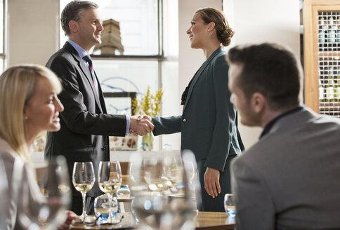 Businessmen and businesswomen at lunch in restaurant - ISF04841