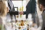 Businessmen and businesswomen at lunch in restaurant - ISF04922
