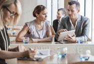 Businessmen and businesswomen working - ISF05006