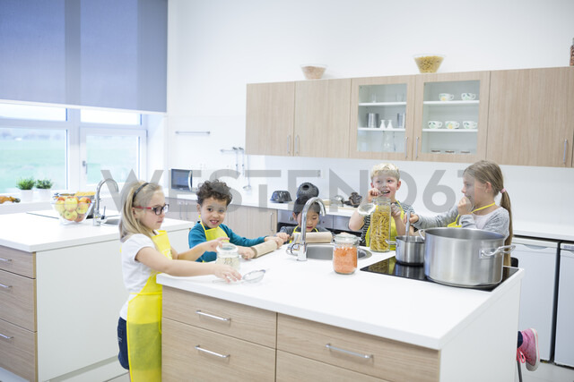 Pupils cooking together in cooking class - WESTF24094