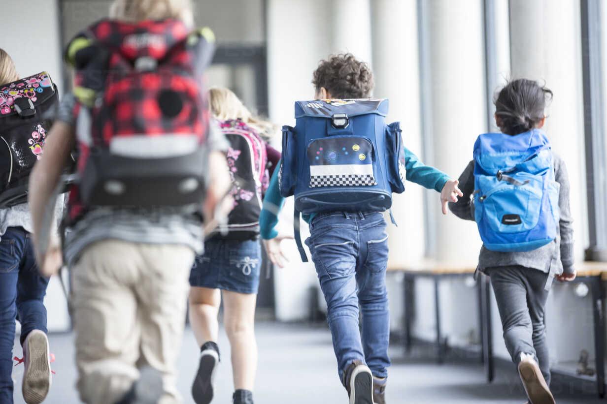 Rear view of pupils rushing down school corridor - WESTF24187 - Fotoagentur WESTEND61/Westend61