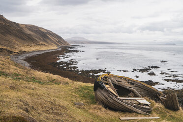 Iceland, boat wreck at the coast - KKAF01067