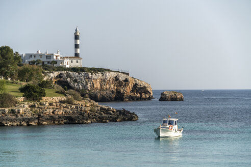 Spain, Baleares, Mallorca, Portocolom, Lighthoue and fishing boat - PCF00371