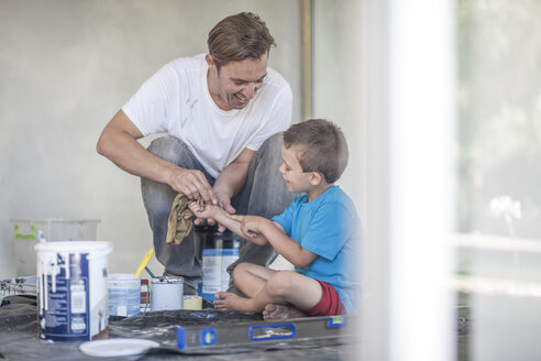 Builder helping son to clean up - ISF06750