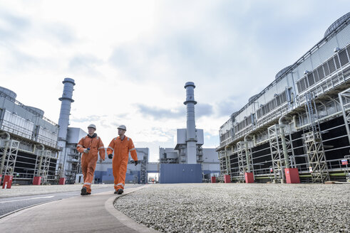 Workers walking through gas-fired power station - CUF18086