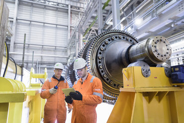 Workers with gas turbine in gas-fired power station - CUF18089