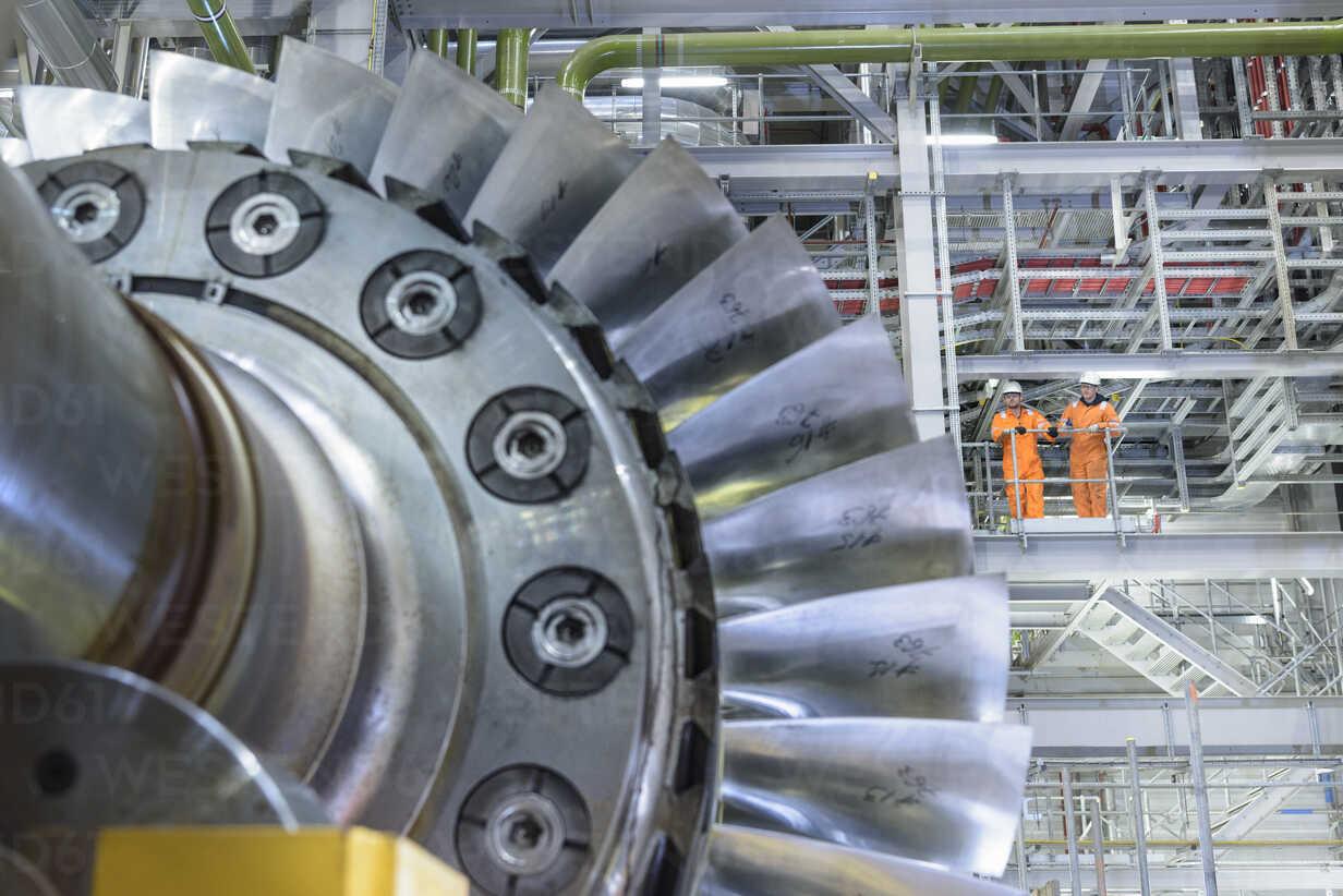 Workers on high level gantry in gas-fired power station - CUF18092 - Monty Rakusen/Westend61