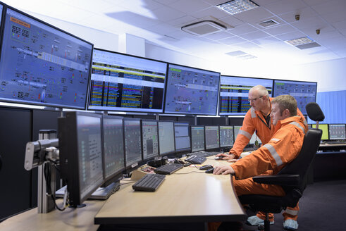 Workers in control room of gas-fired power station - CUF18125