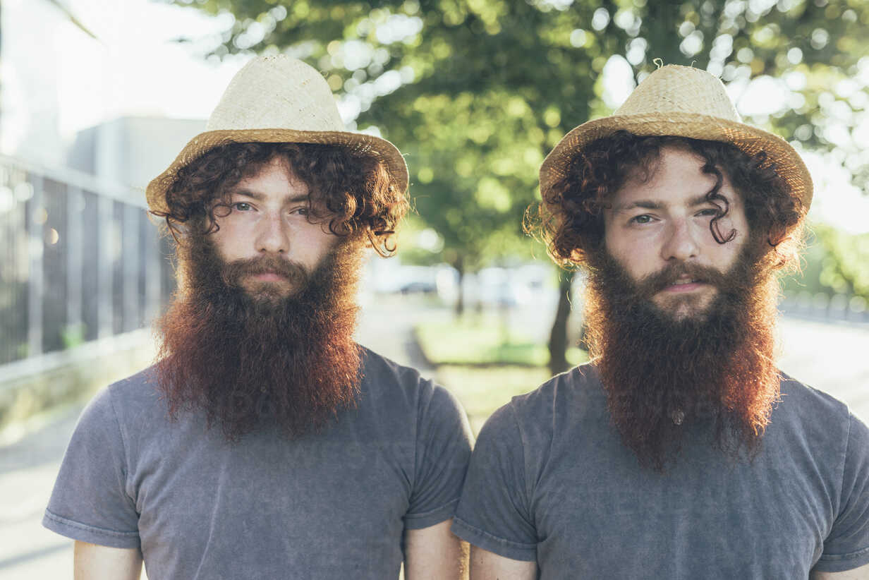 Portrait of identical male hipster twins wearing straw hats on sidewalk - CUF19801 - Eugenio Marongiu/Westend61