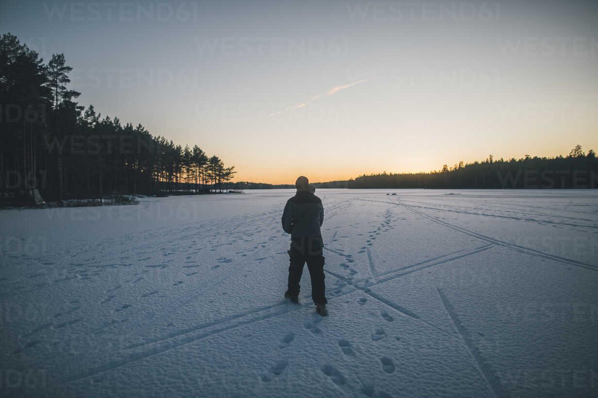 Sweden, Sodermanland, man walking on frozen lake Navsjon in winter - GUSF00930 - Gustafsson/Westend61