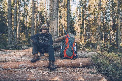 Sweden, Sodermanland, backpacker resting in remote landscape - GUSF00933