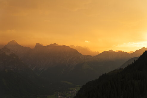 Austria, Tyrol, Maurach, Rofan Mountains at sunset - UMF00826
