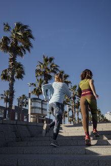 Women during workout on steps - MAUF01436