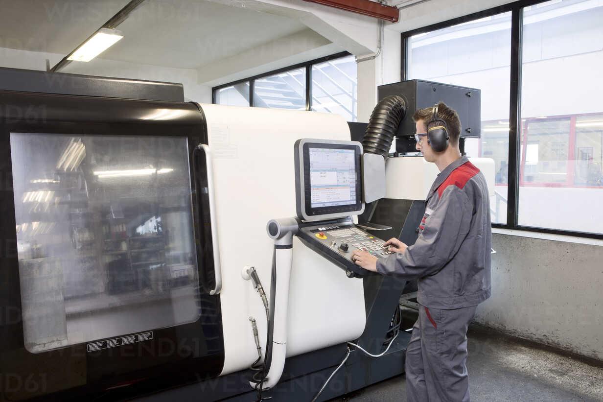 Stonemason working with CNC machine in his workshop - CVF00663 - Christian Vorhofer/Westend61