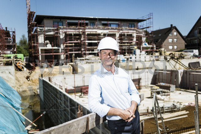 Portrait of confident man wearing hard hat on construction site - MOEF01326 - Robijn Page/Westend61