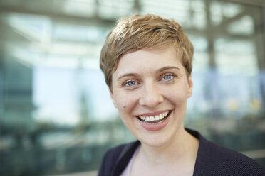 Portrait of blond businesswoman - PNEF00686