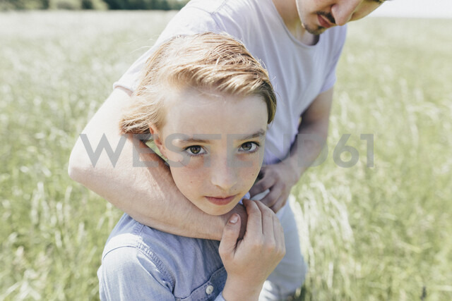 Portrait of boy and young man in a field - KMKF00302 - Katharina Mikhrin/Westend61