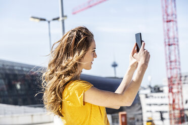Woman taking selfie with smartphone - FMKF05107