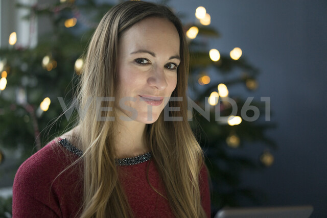 Portrait of smiling woman at Christmas time - MOEF01367 - Robijn Page/Westend61