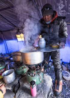 Nepal, Solo Khumbu, Everest, Sagamartha National Park, Man cooking water in tent - ALRF01229