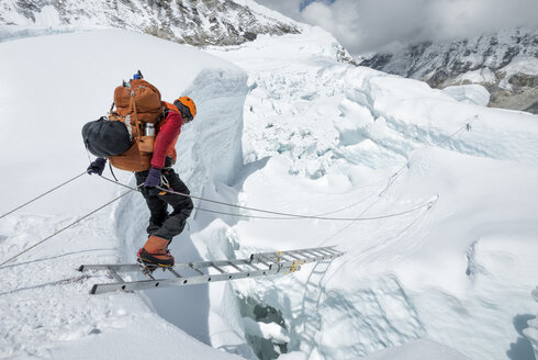 Nepal, Solo Khumbu, Everest, Sagamartha National Park, Mountaineer crossing icefall at Western Cwm - ALRF01238