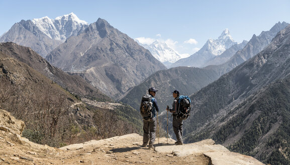 Nepal, Solo Khumbu, Everest, Sagamartha National Park, Maountaineers looking at Mount Everest - ALRF01253